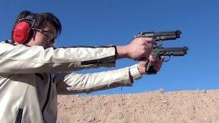 実銃での「二丁拳銃」を体験。モデルはベレッタ社のM9A1と90twoで、共に...