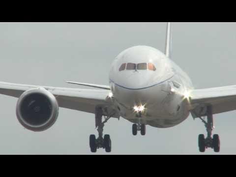 Boeing 787 arrives at Farnborough Air Show 2010
