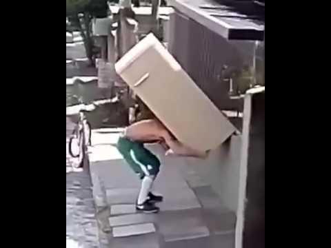 С холодильником на велосипеде. Главное - баланс.