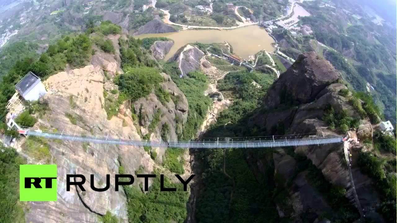 chine un drone filme le plus long pont de verre suspendu du monde youtube. Black Bedroom Furniture Sets. Home Design Ideas