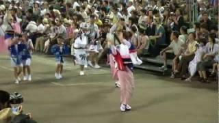 徳島阿波おどり2011~ さゝ連にサポートされた富士通連と安めぐみの流し...