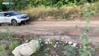 Citroen C5 Aircross скачет по кочкам