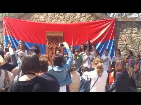 Армяне отмечают годовщину геноцида в Барселоне у хачкара на Монтжуике.