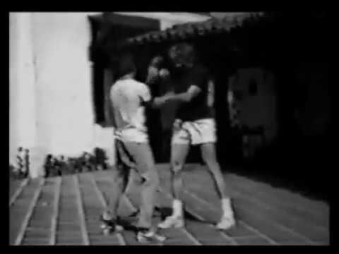 Bruce Lee ve James Coburn'a wing tsun öğretiyor