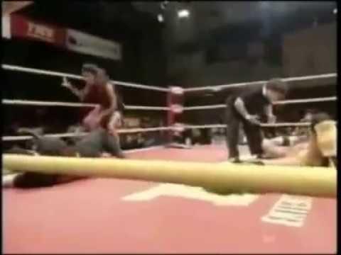制伏女生的方式就是一把抓下面~女生没事不要上摔角擂台