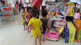 Các bé đến chơi trung thu tại cửa hàng mẹ và bé