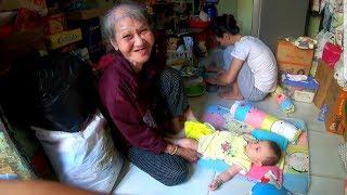 Bà cố ôm chắt ngoại bán vé số hạnh phúc nhận lì xì của nữ Việt kiều