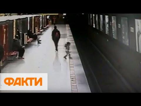 Мама решила не спасать: 2-летний ребенок прыгнул на рельсы в метро