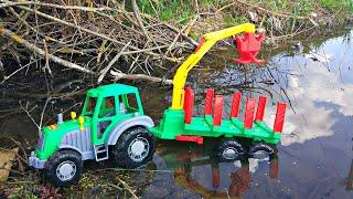 Трактор спасает Машинки, а потом везет в прицепе игрушки
