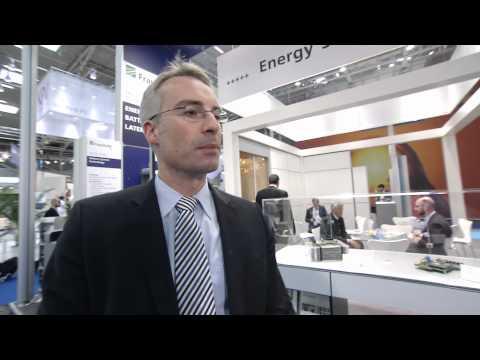 Matthias Vetter und Aussteller im Gespräch zu Solar-Speichertechnologien