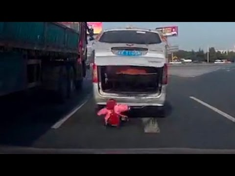 Toddler falls out of van on busy highway (Crazy video) - YouTube