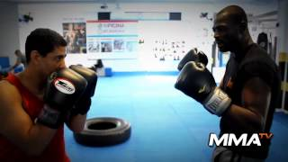 Peter VenÌ¢ncio – Video Aula Boxe – Desvio de JAB com a mÌ£o direita.