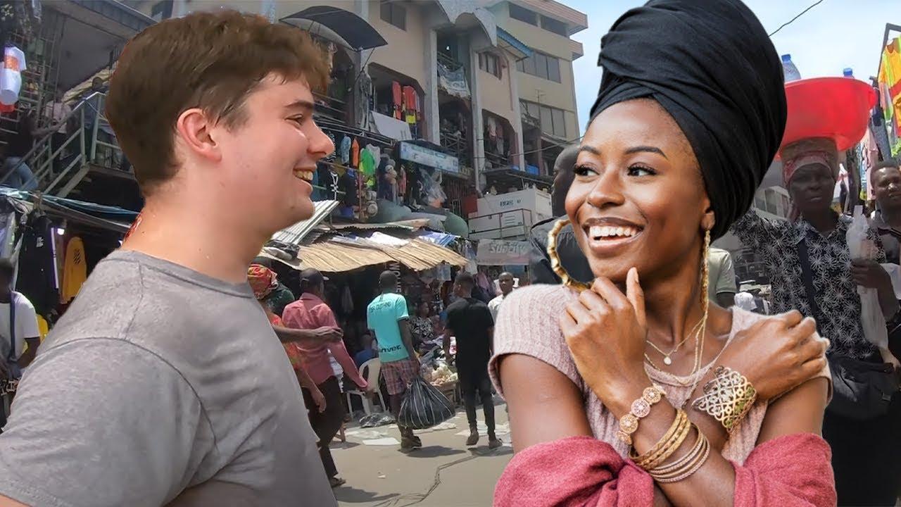 Un estadounidense habla varios idiomas africanos en el mercado y los lugareños se quedan atónitos