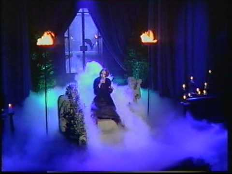 Annie Lennox - Love Song For A Vampire (live on TOTPs)
