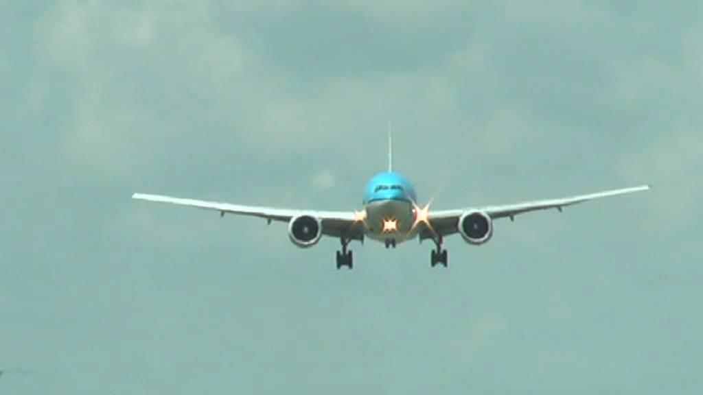 Landing vliegtuig k l youtube - Vliegtuig badkamer m ...