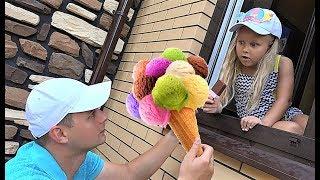 Алиса делает вкусное мороженое! Alice pretend play with ice cream