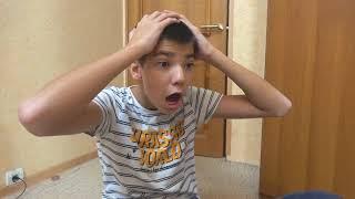Андрей катается на игрушечной машинке и играет в конструктор для детей
