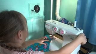 Учимся шить на швейной машинке.Внучка Даша.
