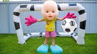 ستايسي والأب يلعبان كرة القدم
