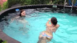 Holky v bazénu