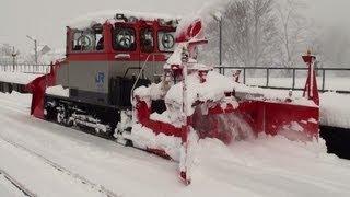 [Heavy Snowfall] 雪に埋もれた城端駅 排雪モーターカーの除雪作業 2012.2.18