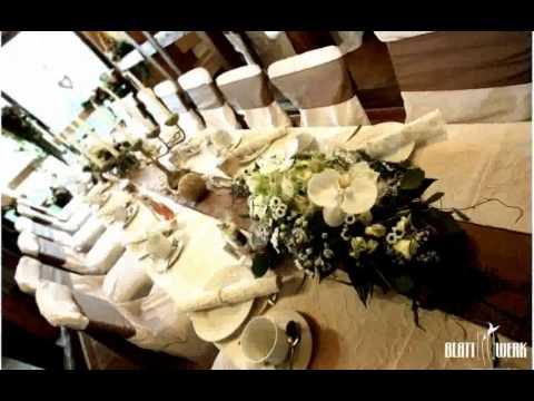 Tischdeko zur Hochzeit   romantisch mit kleinen Blumensträußen und Schwimmkerzen