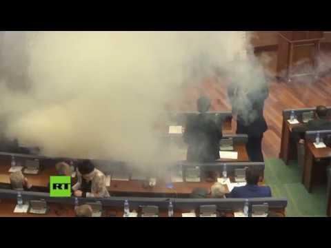 Ultras lanzan gas lacrimóxeno no Parlamento de Kosovo
