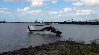 Вертолет упал в воду (видео)(Туристы на Гавайях засняли крушение экскурсионного вертолета рядом с военной базой Перл-Харбор - главной..., 2016-02-19T06:35:00.000Z)