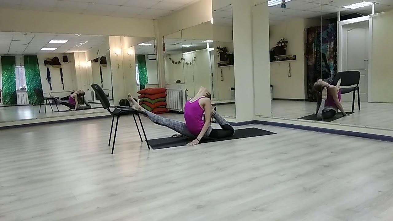 Negative splits with a chair. | Отрицательный шпагат со стулом.