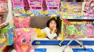 Boram e papai brincam de esconde-esconde em uma loja de brinquedos