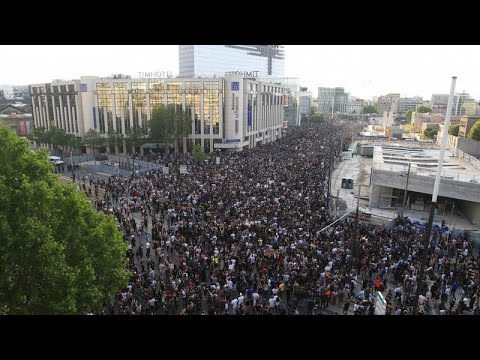 Paris'te toplanma yasağına rağmen 20 bin kişi polis şiddetini protesto için bir araya geldi