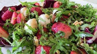 Салат с клубникой, рукколой, моцарелой  и листьями салата.  Салат прекрасного летнего настроения!