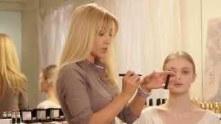 Образы: дневной макияж и яркий вечерний акцент от Avon(Школа макияжа с Мариной Борщевской и Avon представляют видео мастер-класс по созданию естественного дневног..., 2013-06-17T14:35:30.000Z)