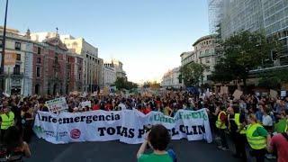 Una 'ola' durante la manifestación en Madrid por el clima