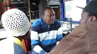 Kenyatta akiongea na raia wa kawaida