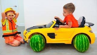 Kinder fahren mit einem Spielzeugauto und wechseln die Reifen. Lustiges Video von Vlad und Nikita