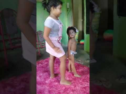 Gabi e Letícia dançando