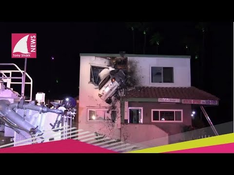 Hombre choca su carro contra el segundo piso de un edificio