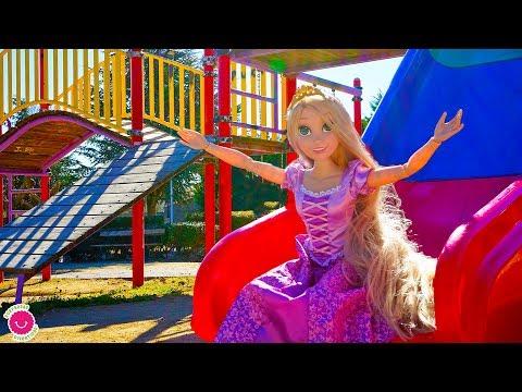 Muñeca Rapunzel juega como una niña - Vídeos divertidos de juguetes