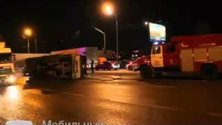 Грузовой манипулятор опрокинулся, запутавшись в проводах на юге Москвы