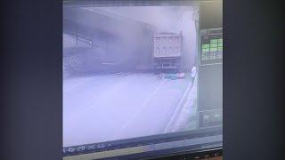 """""""فيديو"""" شاهد شاحنة تصدم جسرا وتهدمه في الصين"""
