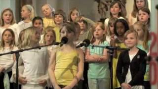 Carolina och hennes kompis Emilia sjunger Gud är ljus