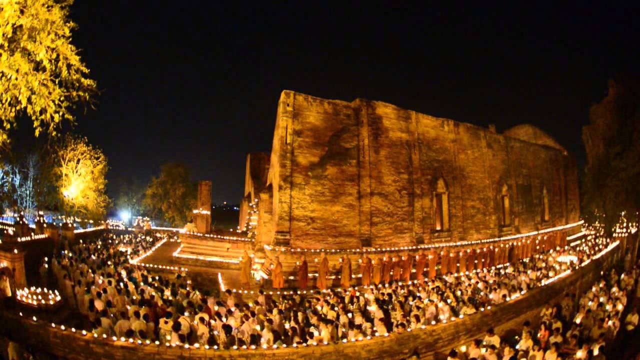 Umat Buddha Thailand melakukan prosesi weīyn theīyn pada hari-hari besar Buddhis.