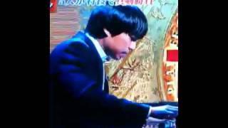 ふかわりょうがまじめに ピアノを弾いている.