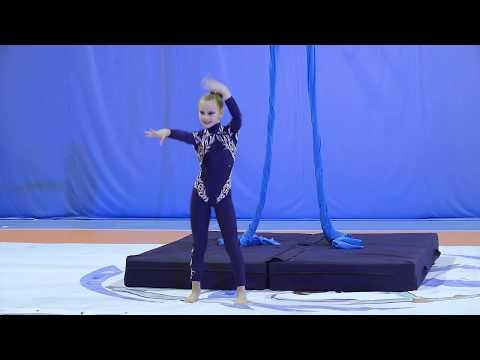 Вардосанидзе Алиса с номером Vogue. Воздушная гимнастика на воздушных полотнах.