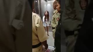 Oshiwara Girl Fight With Mumbai Police And Security Guard | Ladki Mumbai Police se ladte hue