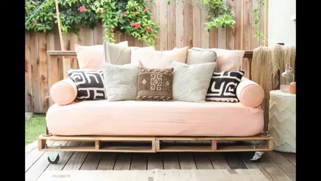 Diy pallet couch youtube for Sofa de palets exterior