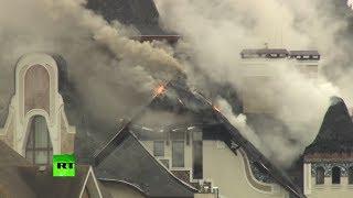 Спасатели МЧС потушили пожар в коттеджном посёлке в Подмосковье