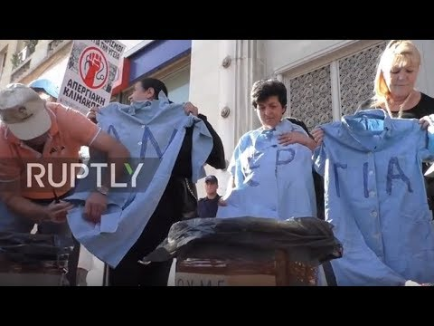 Greece: Nurses and doctors burn their robes in rally against new evaluations for civil servants