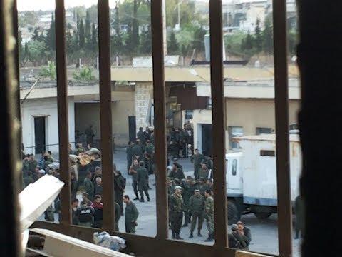 حمص.. مدير السجن المركزي يهدّد بمذبحة والمعتقلون يناشدون! #هنا_سوريا